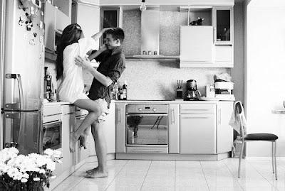 Resultado de imagem para beijando na cozinha