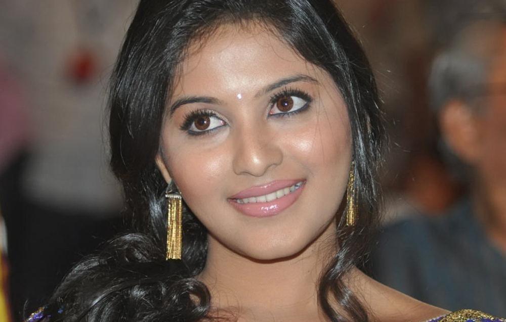 Actor Anjali Photos: Actress Anjali Hot In Blue Saree Latest Photos At SVSC