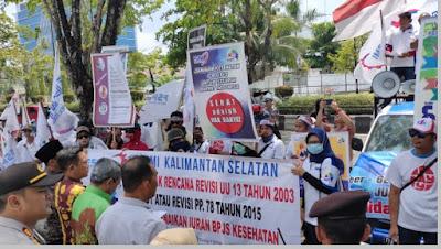 Demo buruh menuntut dan menolak revisi undang - undang nomor 13 tahun 2003 - pustakapengetahuan.com