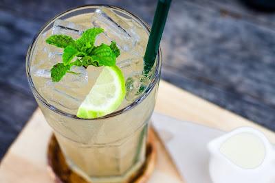 Dikenal sebagai tumbuhan rendah kalori namun mengandung banyak serat, daun mint mampu merangsang enzim pencernaan yang membantu membakar lemak dan membantu tubuh menyerap nutrisi.