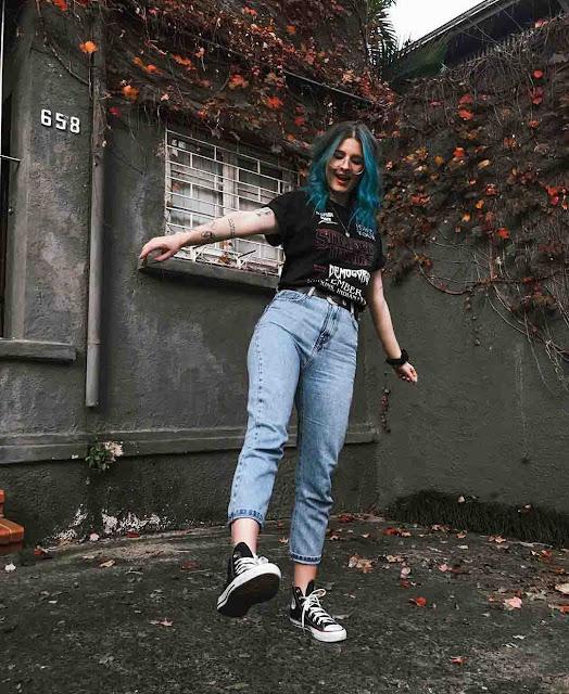 Mom jeans, tshirt preta e converse all star preto de cano médio