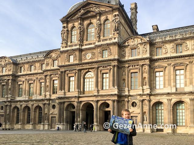 Louvre müzesi önünde, Paris