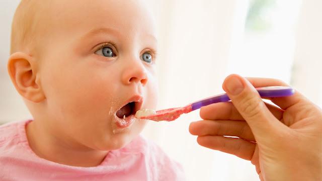 bebe-de-6-mois-mange-la-puree