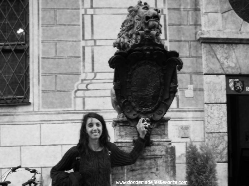Tocando un león de Odeonplatz