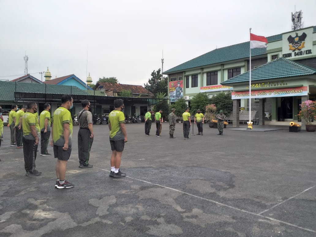 Pasiter Kodim 0410KBL Kapten Inf Bunyamin memimpin pelaksanaan kegiatan apel pagi kepada personel Staf baik militer dan PNS Kodim 0410KBL