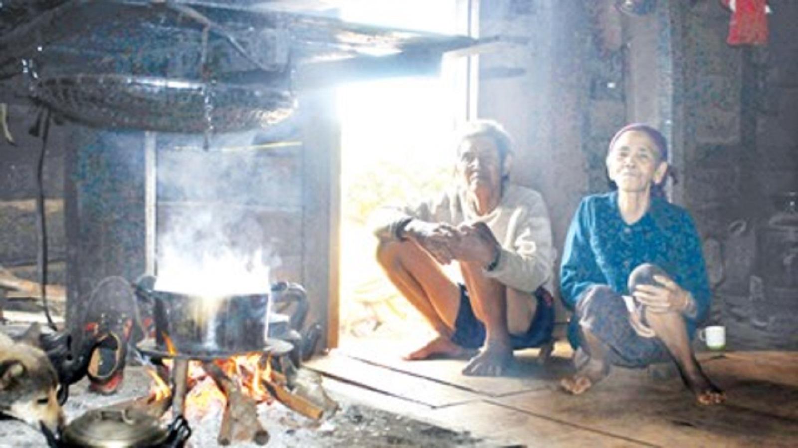 Gia Lai: Vợ chồng người thương binh già nuôi đàn con rơi