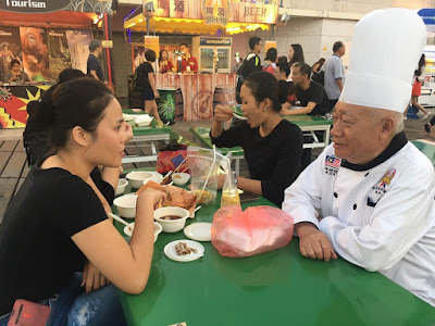 Chef Goh dan pengunjung Macau Food Festival