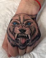 волк с оскалом на кулаке