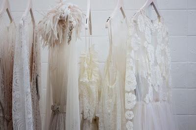 Vestidos de novia colgados de una percha