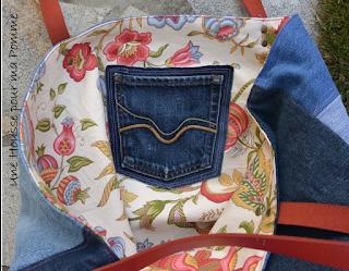 Sac Cube en jeans recyclés montés façon patchwork horizontalement ou verticalement suivant le coté du sac, surpiqures rouge , passepoil en rappel sur un coté extérieur, poche extérieure récupérée sur un jeans avec rappel du tissu intérieur, intérieur coton fleuri, Anses en cuir rouge véritable rivetées mains, poche intérieur en jeans.  Dimensions : 30 x 30 x 32 cm.