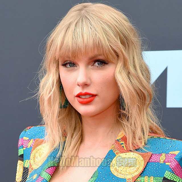 Top 10 Most Beautiful Female Singers in the World 2021