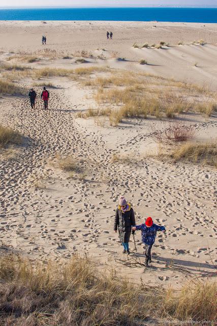 spacerowicze na gdańskiej plaży