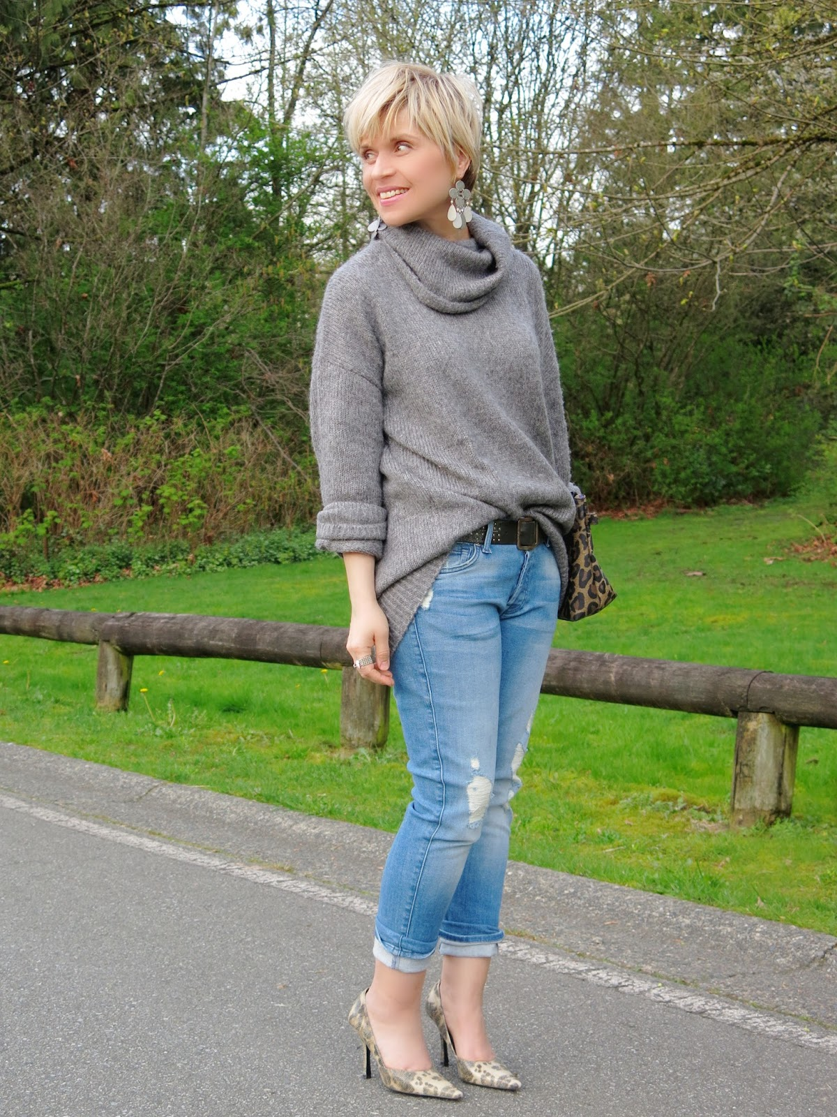 styling an oversized grey sweater with boyfriend jeans