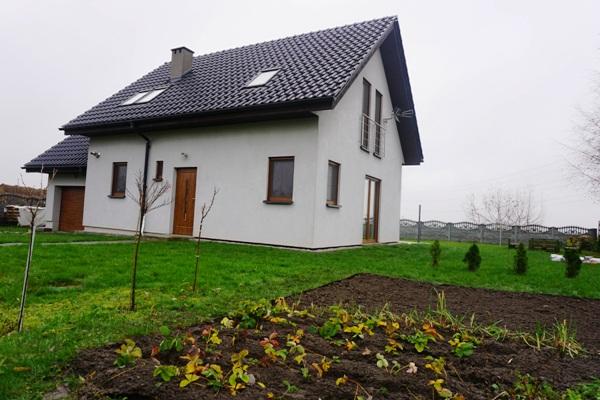 dom drewniany szkieletowy, przekopany ogródek, jesienne prace w ogrodzie, przygotowanie do zimy