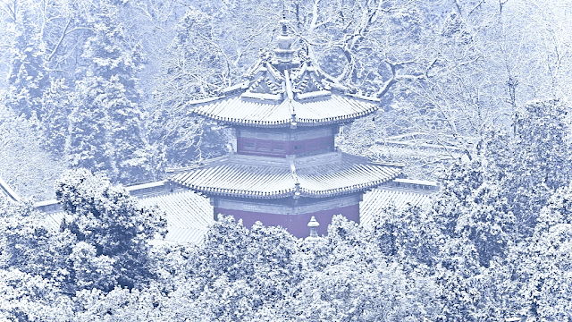 Nói về điểm ngắm tuyết rơi lý tưởng nhất Bắc Kinh phải kể đến Hương Sơn ở ngoại ô thành phố. Nếu như mùa xuân muôn hoa đua nở, thu sang cây cối đồng loạt choàng lớp áo màu vàng cam rực rỡ thì đông đến, những trận mưa tuyết cũng khiến khung cảnh xung quanh ngọn núi trở nên mơ màng, lãng đãng hơn.