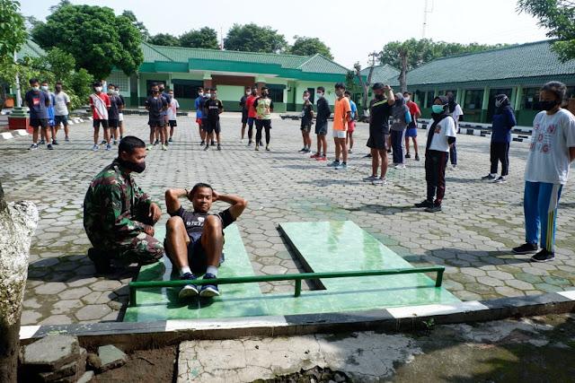 Puluhan Remaja di Gembleng Fisik Kodim Karanganyar Untuk Ikut Seleksi Masuk TNI