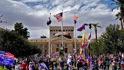 Pendukung Pro Trump berunjuk rasa di luar Gedung Kongres, Sabtu, 7 November 2020, di Phoenix. (Foto: AP/Matt York)