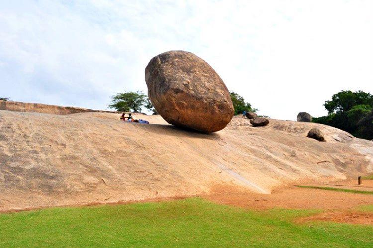 Tenere ortasında bulunan bu kayalıkla görenleri hayrete düşürmektedir.
