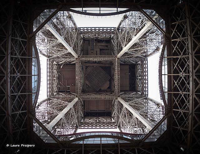 1er étage de la tour eiffel vu du sol © Laura Prospero