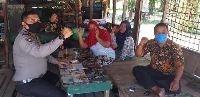 Bhabinkamtibmas Polsek Datuk Bandar Himbau Warga Pakai Masker Dalam Adaptasi Kebiasaan Baru