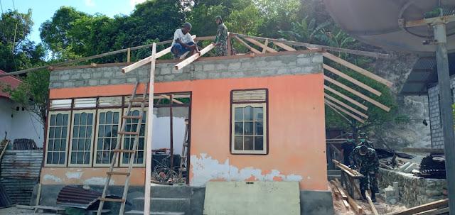 Prajurit TNI Bantu Warga Negeri Aboru Bangun Rumah