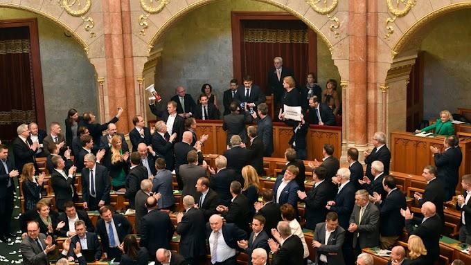 Azt kérik Ádertől, küldje vissza a munka törvénykönyvének módosítását