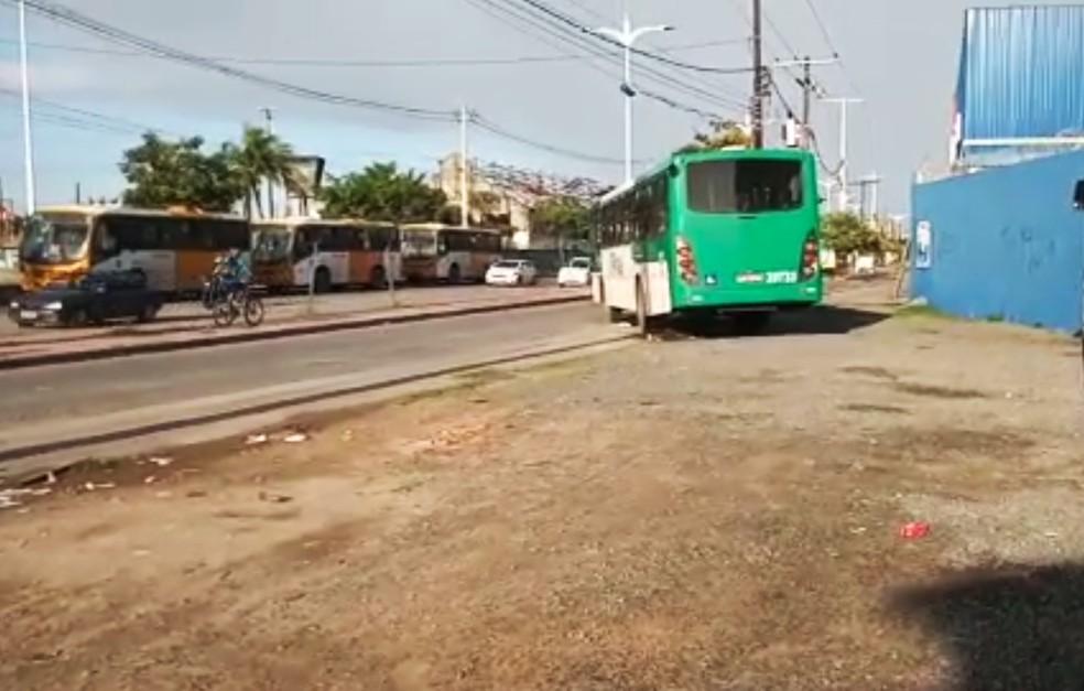 Ônibus é assaltado em Salvador e passageiros têm pertences roubados