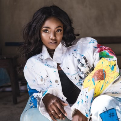 Simi lashed after asking on how to quietly sneak into a room