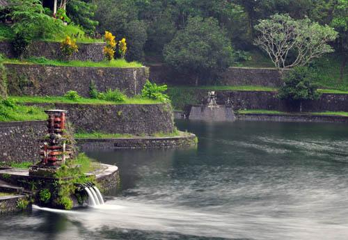 tempat mistis di lombok - Taman Narmada