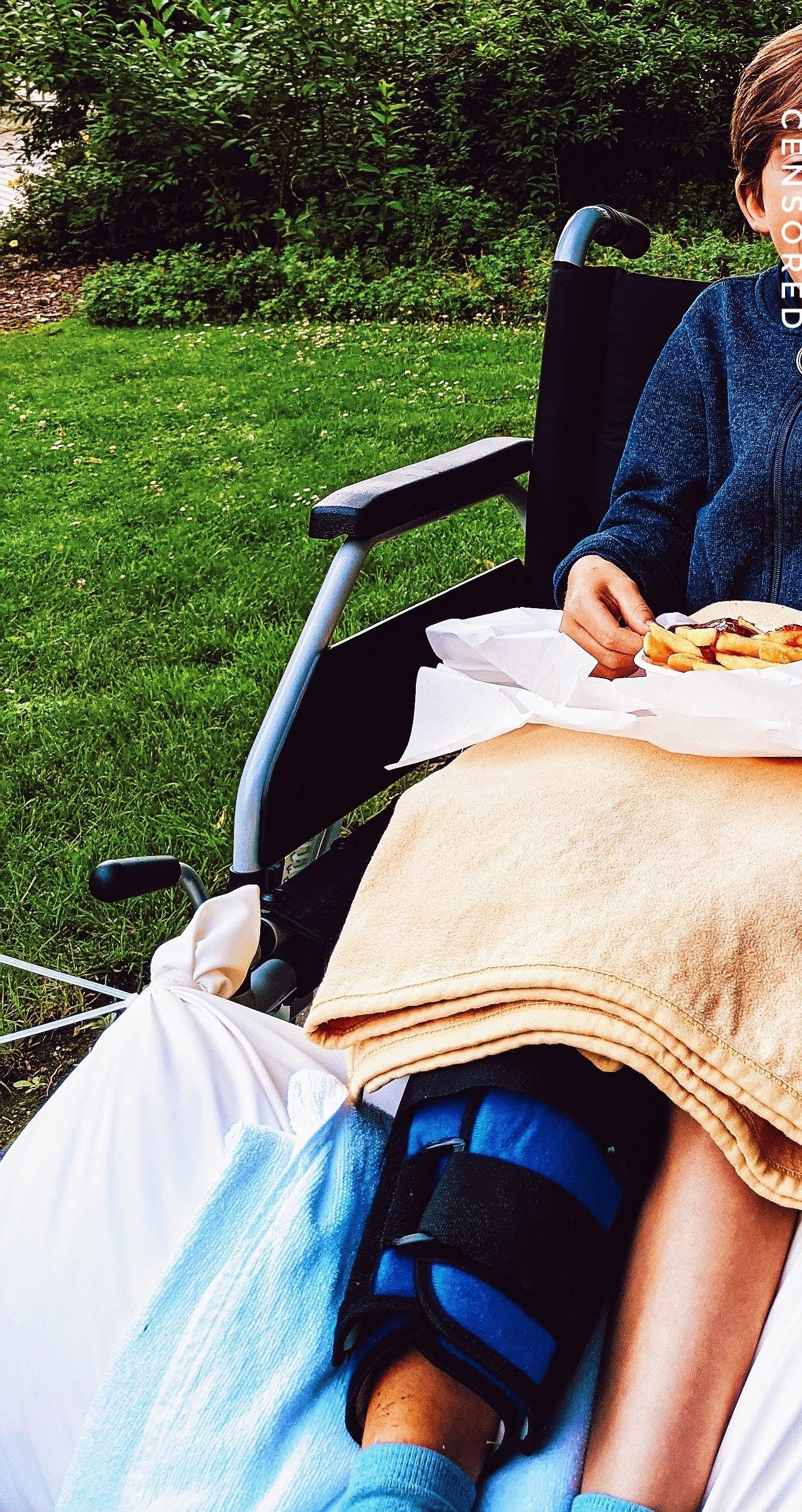 Symboldbild deutsches Gesundheitssystem: Rollstuhl in der Kinderklinik behelfsmäßig für ein gestrecktes Knie umgebaut ^^