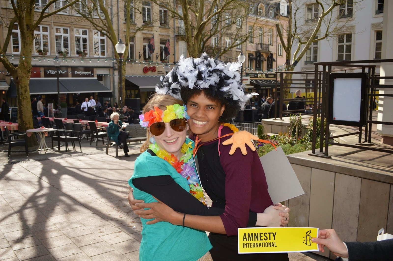http://amnesty-luxembourg-photos.blogspot.com/2014/03/free-hugs-for-human-rights.html