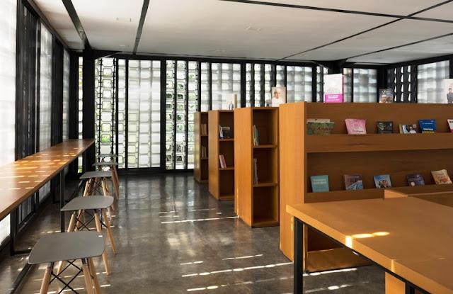 Suasana interior perpustakaan Microlibrary Bandung