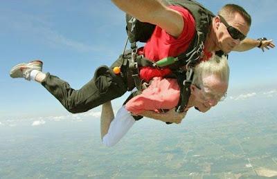 Fallschirmspringen lustig mit Oma