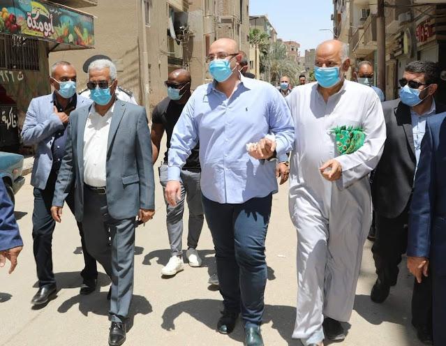 مواطن يصطحب محافظ بني سويف لمعاينة  شارع يحتاج إلى رصف