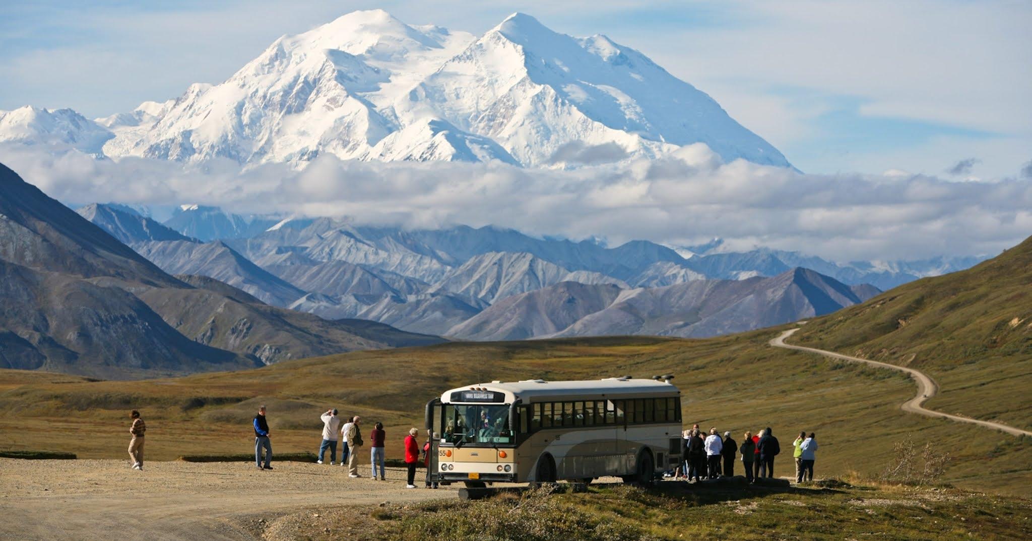 Дорога Денали-парк-роуд и автобус на ней в США