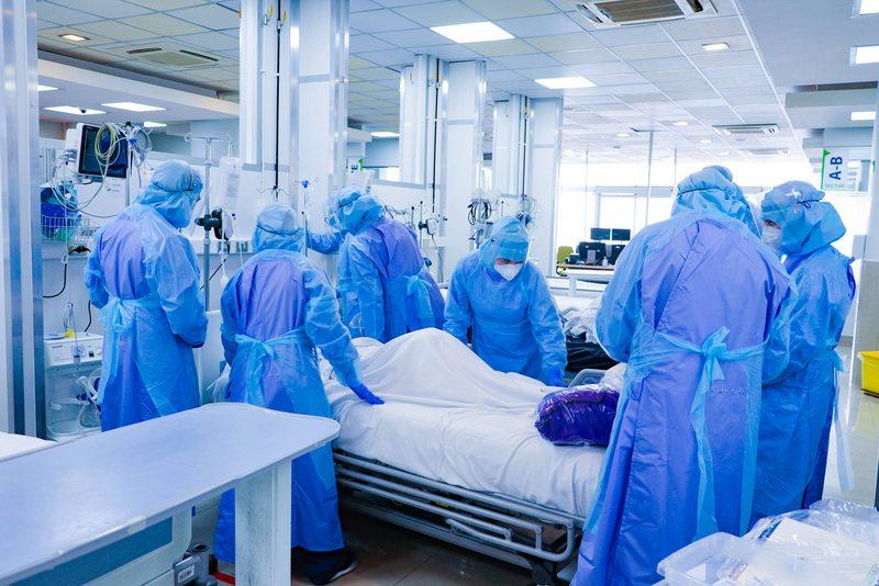Hospital de la Universidad de Chile convirtió el hall de admisión en una UCI