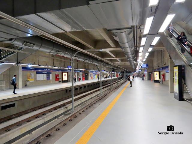 Vista ampla das plataformas de embarque da Estação Moema do Metrô de São Paulo