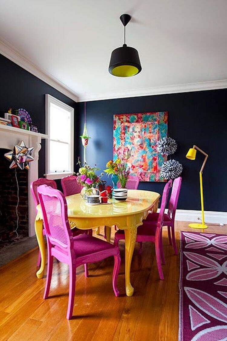 salón pequeño paredes negras y muebles color flúor