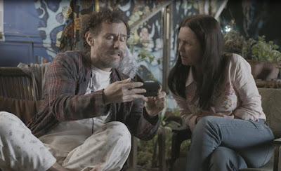 Eles se assustam ao ver que a menina está fazendo um vídeo falando da morte do pai — Foto: TV Globo