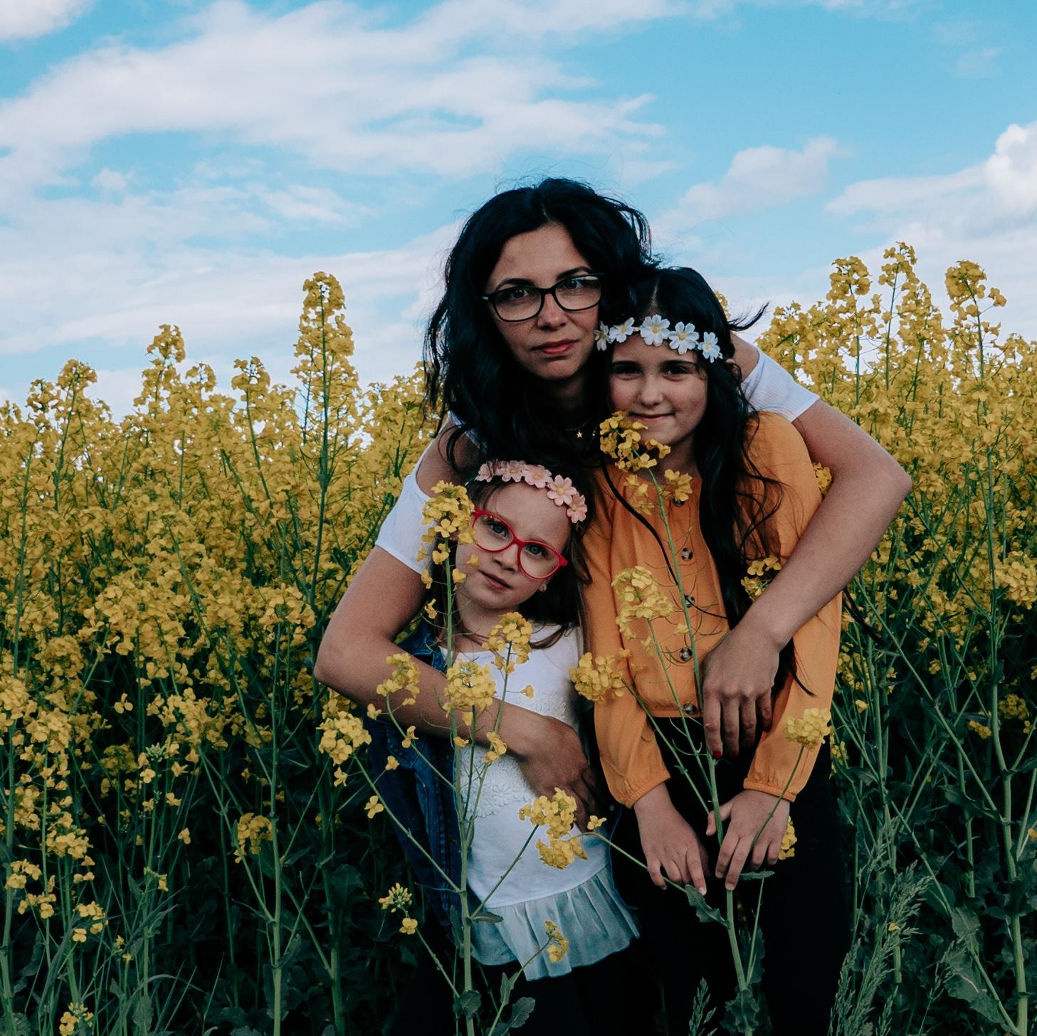 Fotografia rodzinna Sesja w polu rzepaku