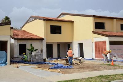 Maison en construction par des ouvriers
