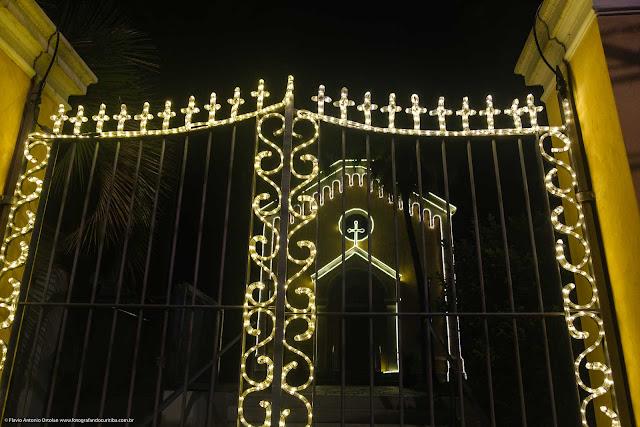Capela Nossa Senhora da Glória enfeitada com iluminação de Natal - detalhe portão
