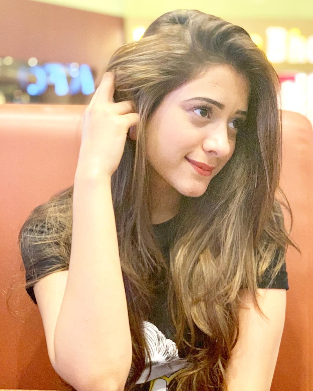 hiba nawab photo pose