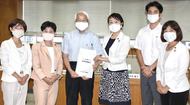 重要政策提言を知事に手渡す日本共産党県議団