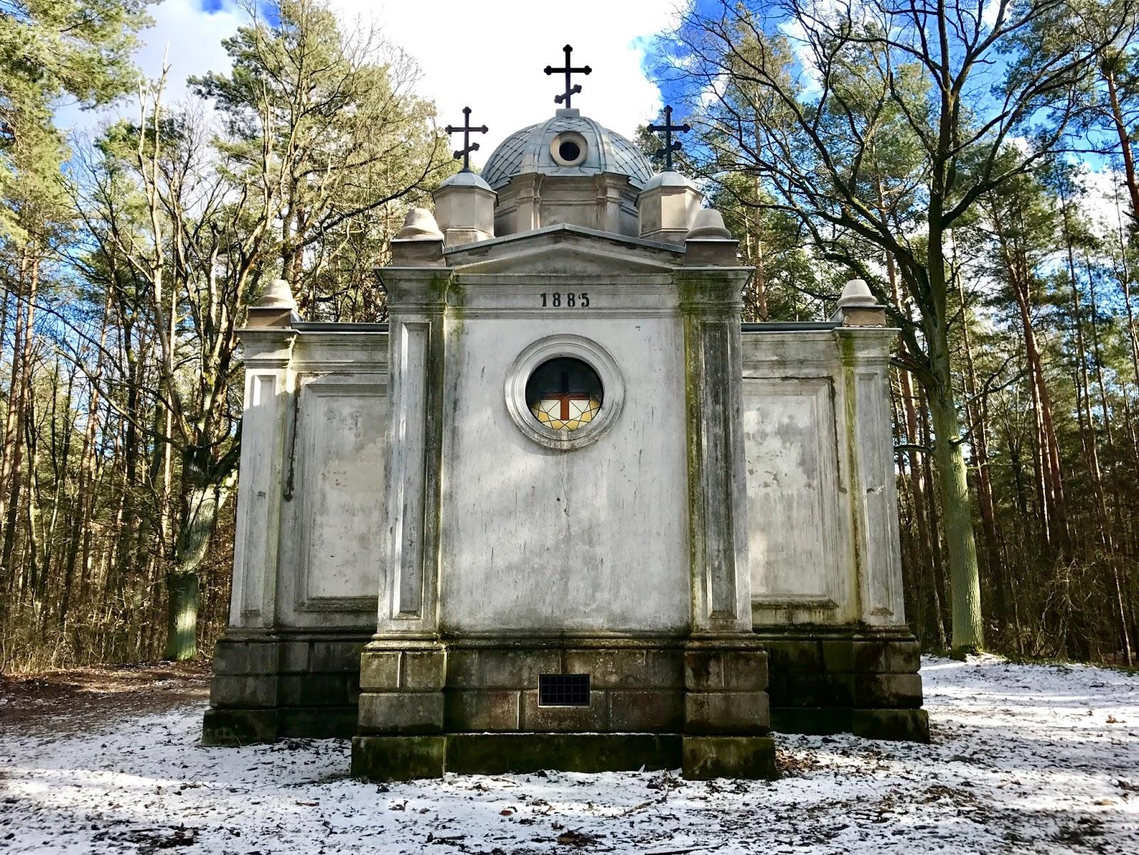 Uniejowska Cerkiewka – czyli mauzoleum w sercu lasu