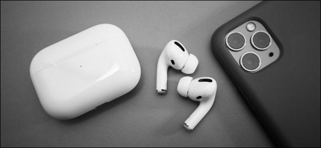 AirPods Pro بجانب iPhone 11 Pro.