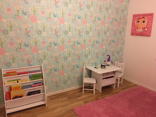 Såhär ser alltså ena långsidan i Sigges rum ut. Tavlan har vi köpt i Nice  och mattan är från IKEA. På bilden nedan ser du hennes rum från dörren. 031631358e5c7