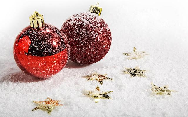 Sneeuw, gouden sterretjes en twee rode kerstballen
