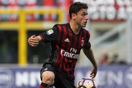 Bek AC Milan Dilarikan ke Rumah Sakit