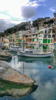 Pueblo Cala Figuera con hermosas casas y barcos